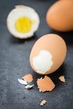 Lastra dell'ardesia con gli uova sode Fotografie Stock Libere da Diritti