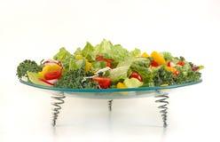Lastra di vetro in pieno con le verdure. Preparato sano dell'insalata. Immagini Stock