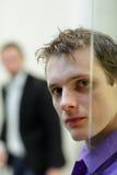 Lastra di vetro, ritratto del fronte dell'uomo, un altro uomo nel fondo Fotografia Stock
