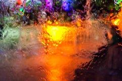 Lastre di vetro di vetro scorrenti dell'acqua sul parco pubblico alla notte in Turchia Fotografia Stock