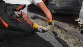 Lastricatore del mattone sul lavoro Via di costruzione del mattone archivi video
