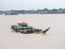 Lastskyttel på den Yangon floden Royaltyfria Foton