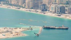 Lasttankfartyg och olik konstruktionsutrustning att bygga en konstgjord ö i Dubai arkivfilmer