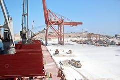 Lastterminal för att ladda av gipslast vid skeppkranar till bäraren i stora partier Port av Salalah, Oman royaltyfri fotografi