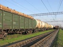 Lasttrans. förbi stången, behållare med bränsle, behållare med timmer arkivfoton