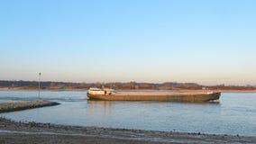 Lasttransport med skeppet på den holländska floden Arkivbild