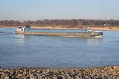 Lasttransport med skeppet på den holländska floden Waalen Arkivbild
