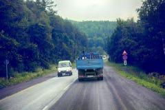 Lastwagen auf Landstraßelieferung von Waren in der Drohung des schlechten Wetters Foto vom Fahrerhaus eines großen LKWs auf die O Stockfotografie