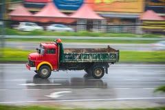 Lastwagen auf nasser Straße an einem regnerischen Tag Stockfotos