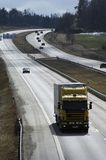 Lastwagen auf sonniger Autobahn Lizenzfreie Stockbilder