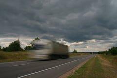 Lastwagen auf Straße. Lizenzfreie Stockbilder