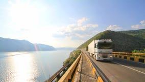 Lastwagen, der die Donau - das Rumänien kreuzt Lizenzfreies Stockbild