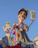 Lastwagen - der Sieger ist Wer gewinnt, kennt nicht, was am Karneval von Viareggio, Toskana, Italien verloren ist lizenzfreie stockbilder