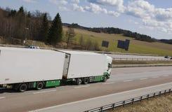 Lastwagen, der weg beschleunigt Lizenzfreie Stockbilder