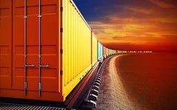 Lastwagen des Güterzugs mit Behältern Lizenzfreie Stockbilder