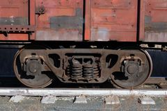 Lastwagen eines alten rostigen Güterzugs steht auf den Schienen stockbilder