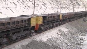 Lastwagen für das Transportieren des Erzes von einem Steinbruch zu einer Fabrik stock video