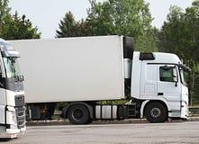 Lastwagen parkten herauf außerhalb einen Firma-` s Autoparkplatz lizenzfreie stockfotografie