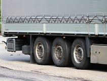Lastwagen parkten herauf außerhalb einen Firma-` s Autoparkplatz stockfotos