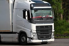 Lastwagen parkten herauf außerhalb einen Firma-` s Autoparkplatz lizenzfreie stockbilder