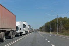 Lastwagen tauscht Reihe im Stau auf Landstraße Lizenzfreies Stockbild