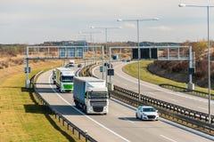 Lastwagen und Auto, die Gebührenstelle auf Prag-Stromkreis, Prag, Tschechische Republik führen stockfotografie