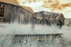 Lastwagenrad und Lastwagen auf dem Gebiet, in Bodie, Kalifornien im Infrarot Stockfoto
