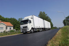 Lastwagentransport im Land Stockbild