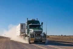 Lastzug, der über staubige Straßen reist lizenzfreie stockfotos