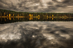 Lasu i krajobrazu dowcipu odbicie na jeziorze zdjęcie royalty free