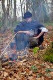 Lasu obozu mężczyzna w drewnach obraz stock