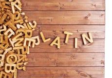 Latín de la palabra hecho con las letras de madera Fotos de archivo