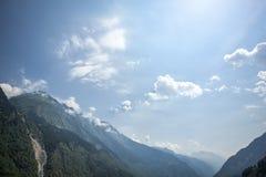 Lat alps góry z jasnym niebieskim niebem; Fotografia Royalty Free