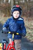 2 lat berbecia jazda na jego pierwszy rowerze Obrazy Royalty Free