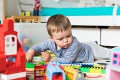 3 lat chłopiec budowy lego dom Obrazy Stock