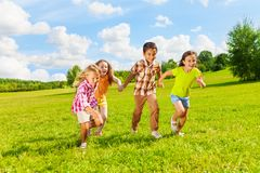 6, 7 lat dzieciaków biega wpólnie Zdjęcia Royalty Free