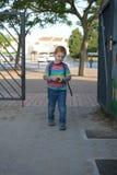 5 lat redheaded chłopiec wchodzić do szkoły Jest troszkę smutny zdjęcie royalty free