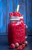 Lat smoothies malinki, czerwony rodzynek, goosberries w gla zdjęcie royalty free
