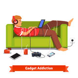 Lat tonårig student som ner ligger med bärbara datorn Arkivbild