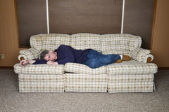 Lat trött man som sover och tar en ta sig en tupplur Arkivfoton