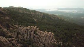 Latać nad skałami w 4K zbiory wideo