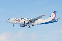 Latać Aerobus A320 VQ-BRE linii lotniczej ` Ural linii lotniczych ` zbliżenie Obrazy Stock