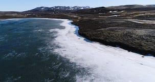 Latać nad małym odosobnionym jeziorem w północnym wschodzie Iceland zdjęcie wideo
