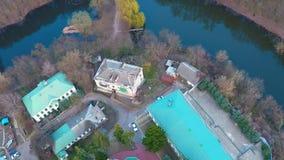 Latać nad monasterem blisko rzeki w lesie zdjęcie wideo
