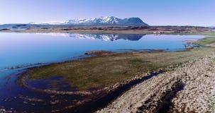 Latać nad spokojnym Iceland jeziorem z pięknymi górami zbiory