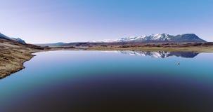 Latać nad spokojnym Iceland jeziorem z pięknymi górami zdjęcie wideo