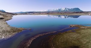 Latać nad spokojnym Iceland jeziorem z pięknymi górami zbiory wideo