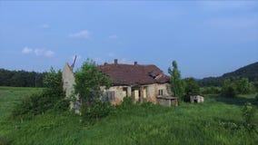 Latać Nad stary i rujnujący dom w górze zbiory