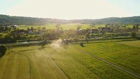 Latać nad syndykata żniwiarzem w Bawarskim krajobrazie zbiory wideo