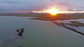Latać nad tideland w zmierzch zbiory wideo